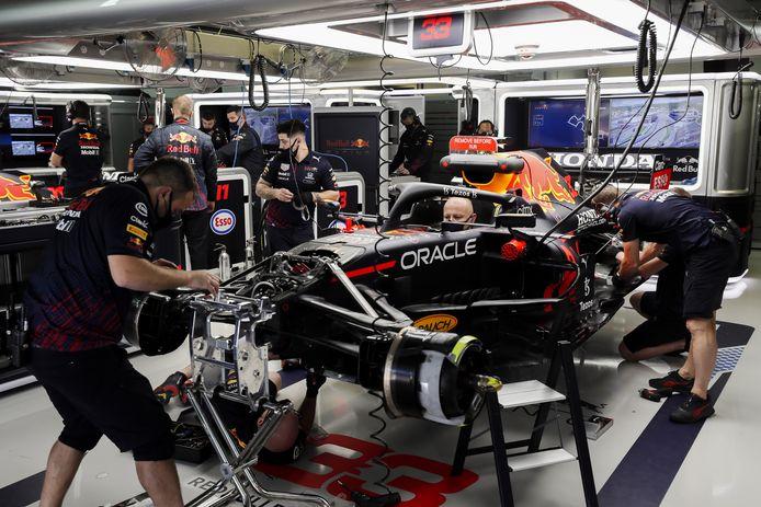De monteurs werken aan de Red Bull van Max Verstappen.