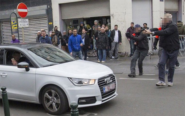 De passagier van de wagen die een vrouw aanreed, filmt hoe hij door de politie onder schot wordt gehouden. Wat later reed de bestuurder een vrouw aan. Beeld Twitter