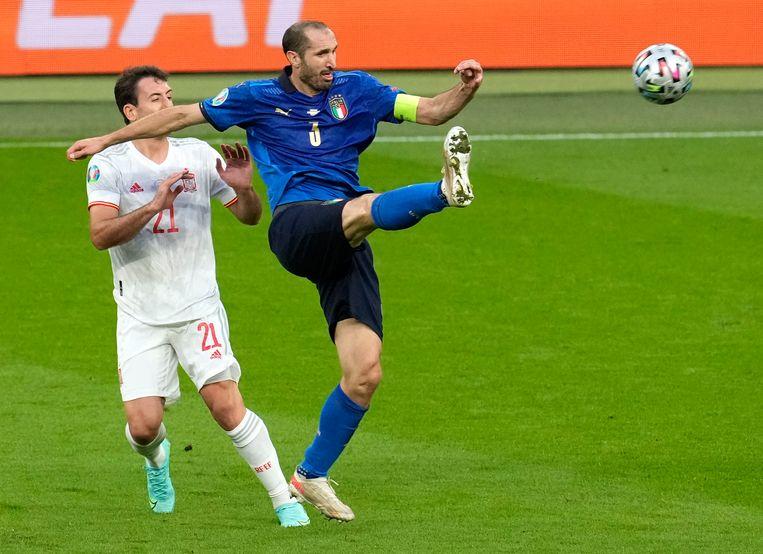 Aanvoerder Giorgio Chiellini maakt zich groot, de Spanjaard Mikel Oyarzabal heeft geen kans om aan de bal te komen. Beeld AP