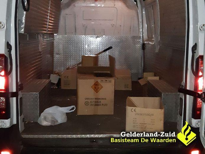 Bestelbus met 150 kilo illegaal vuurwerk op A15 bij Vuren,