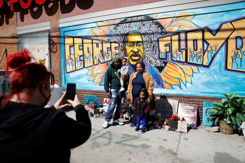 Een familie poseert bij het George Floydplein in Minneapolis. Beeld REUTERS