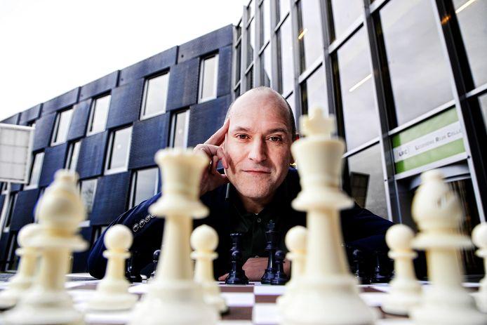 Schaken helpt kinderen met rekenen, aldus Jesús Medina Molina, die er zijn missie van heeft gemaakt om Nederland aan het schaken te krijgen.