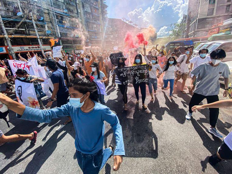 Vrouwen demonstreren in Yangon in Myanmar tegen het militaire regime dat in februari de democratisch gekozen regering van het land heeft afgezet en sindsdien met stramme hand het land onder controle probeert te krijgen.  Beeld Anadolu Agency via Getty Images