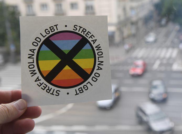 Sticker met de tekst 'Dit is een lhbt-vrije zone.' Deze stickers werden verspreid door het conservatieve tijdschrift Gazeta Polska.