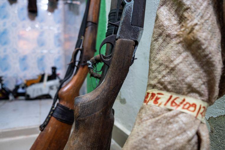 In het kantoor van de milieudienst staan verschillende in beslag genomen wapens, die allemaal zijn afgepakt van stropers. Beeld Joost Bastmeijer