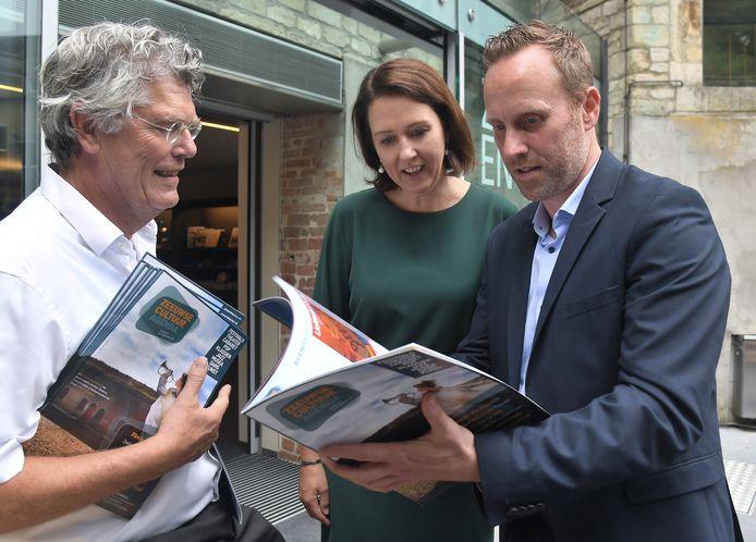 De nieuwe glossy Zeeuwse Cultuur Agenda is gepresenteerd, vlnr: hoofdredacteur Rob Bakker, gedeputeerde Anita Pijpelink en hoofdredacteur Edwin de Kort van Omroep Zeeland.