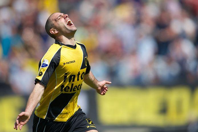 Anthony Lurling in extase na één van zijn doelpunten tegen Roda JC op zondag 5 mei 2013. Daarmee hield hij NAC in de eredivisie.