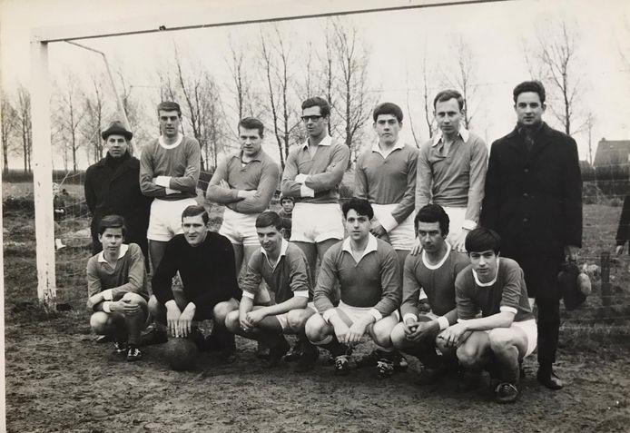 Het eerste elftal van vv Schelluinen uit 1967, met zittend derde van links de latere voorzitter en erelid Jan de Bruijn.