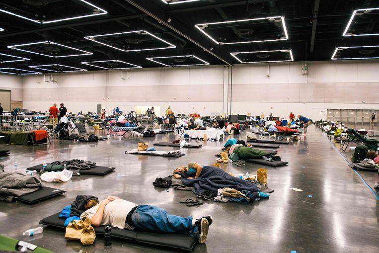 Een koelcentrum in Oregon, waar inwoners vanwege de extreme hitte onder het genot van airconditioning de nacht – of dag – kunnen doorbrengen. Beeld AFP via Getty Images