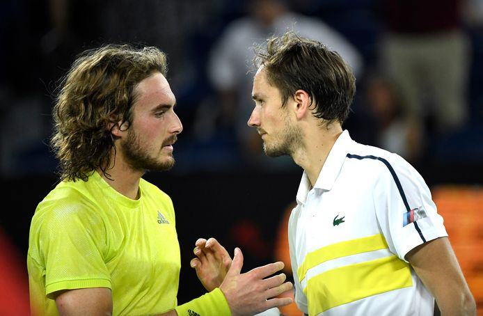 Stefanos Tsitsipas en Daniil Medvedev na hun halve finale in Melbourne.