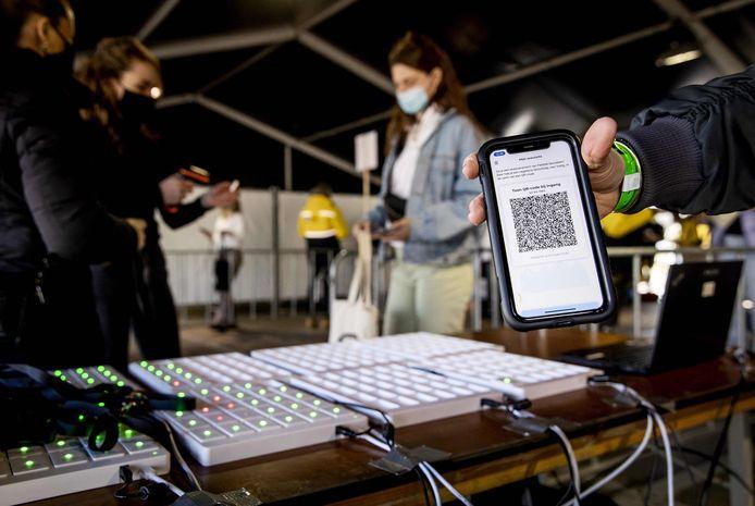 Bezoekers van popfestival Back To Live laten bij binnenkomst hun QR-code scannen, om te kijken of sprake is van een negatieve test.