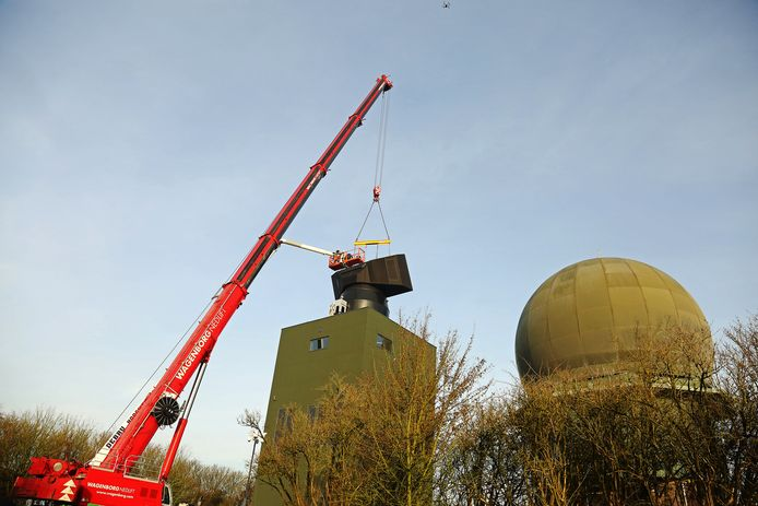 Eenzelfde radar als die in Herwijnen moet komen, staat nu al in Wier (Friesland) op zijn plek. De oude bolvormige radar ernaast verdwijnt.