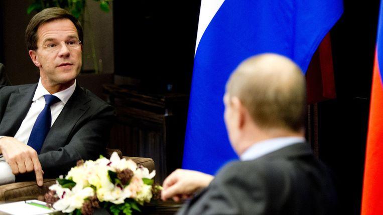 Premier Mark Rutte (L) tijdens zijn ontmoeting met de Russische president Vladimir Poetin, voorafgaand aan de opening van de Olympische Spelen. Beeld anp