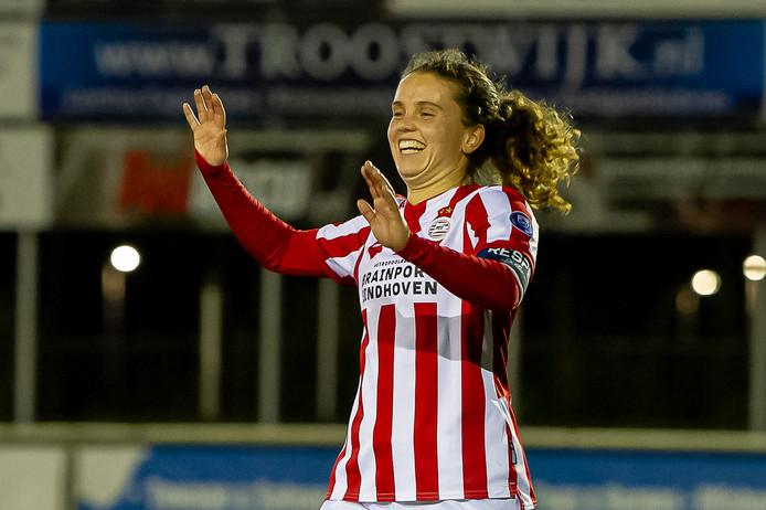 Jeslynn Kuijpers viert haar openingstreffer tegen Excelsior Barendrecht.