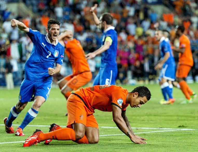 2013-06-15 PETACH TIKVA - Italiaan Fabio Borini (L) scoort tegen Nederland tijdens de halve finale van het EK voetbal onder de 21 in het HaMoshava stadion. ANP KOEN VAN WEEL Beeld null