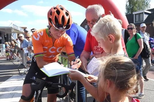Marianne Vos deelt handtekeningen uit.