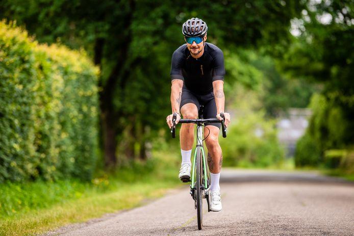 Zorg dat je een goede houding aanneemt op je fiets, zo vermijd je pijn op verschillende plaatsen.