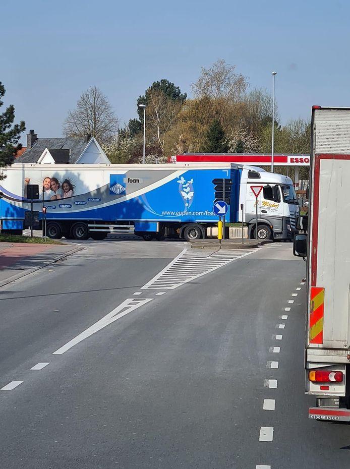 Door de vrachtwagen in panne is er heel wat verkeerschaos