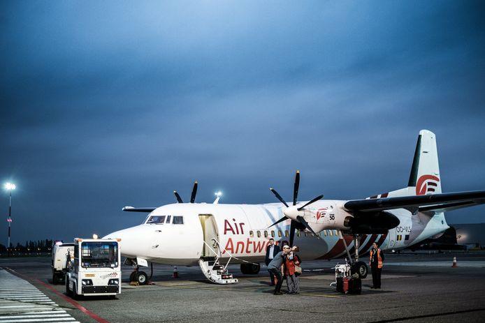 Het enige vliegtuig van Air Antwerp: een 29 jaar oude 'Fokker 50' met twee propellers.