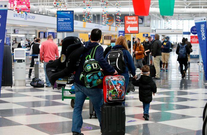 Reizigers op O'Hare International Airport in Chicago. Ondanks waarschuwingen Thanksgivingday dit jaar thuis te vieren vanwege het risico op besmettingen gaan velen toch op stap.