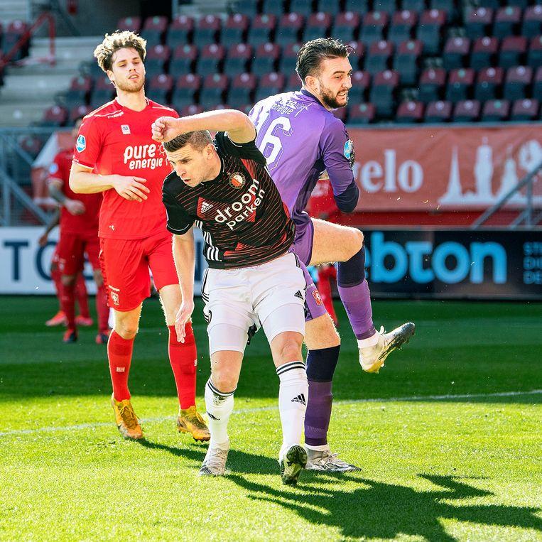 Keeper Joel Drommel heeft de bal klemvast, spits Bryan Linssen is dichtbij. Beeld Guus Dubbelman / de Volkskrant
