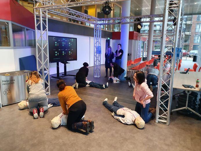 Mbo-studenten leren reanimeren met een interactieve pop. Ze zien op het scherm of het te hard, te zacht of precies goed gaat.