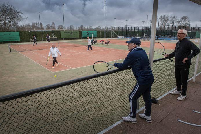 Op tennispark Ridderweide mag vanaf vandaag weer gedubbeld worden. Op de voorgrond links - met het blauwe petje - Nico Hänschen.