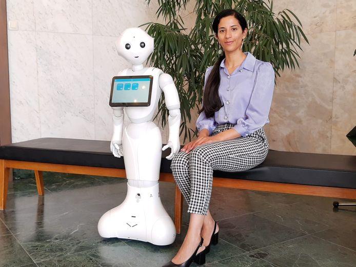 Schepen van Toegankelijkheid Hina Bhatti met robot Pepper.