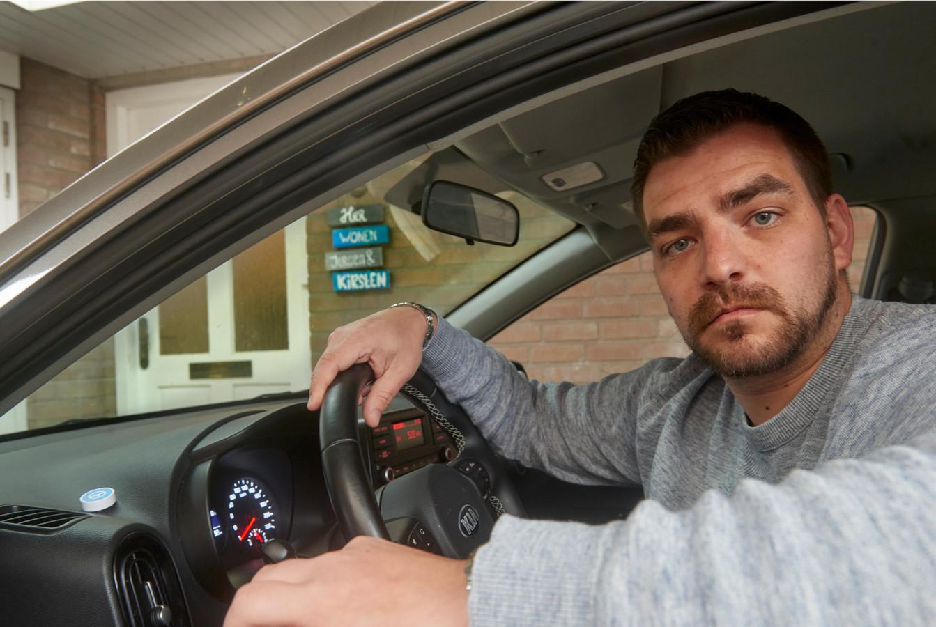Bij de voordeur hangt nog steeds het bordje 'Hier wonen Jeroen & Kirsten'. Op het dashbord in de auto de SaveDrivePod; het kleine witte ronde doosje, waarmee een telefoonscherm in de auto niet kan worden gebruikt.