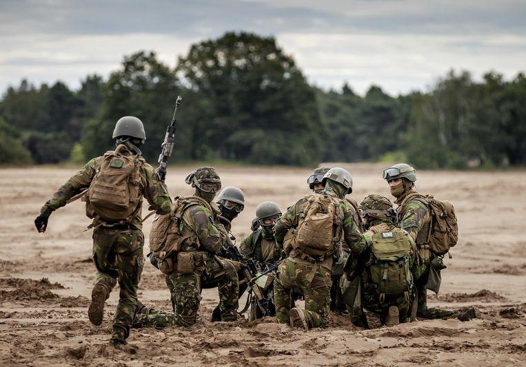 Militairen tijdens een oefening op de Oirschotse Heide.  Beeld ANP