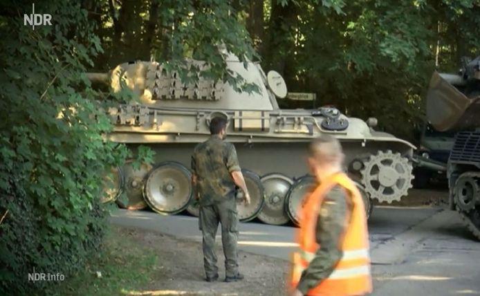 De Panther-tank tijdens het afvoeren van het terrein van de wapenfreak in Heikendorf bij Kiel, in juni 2015.