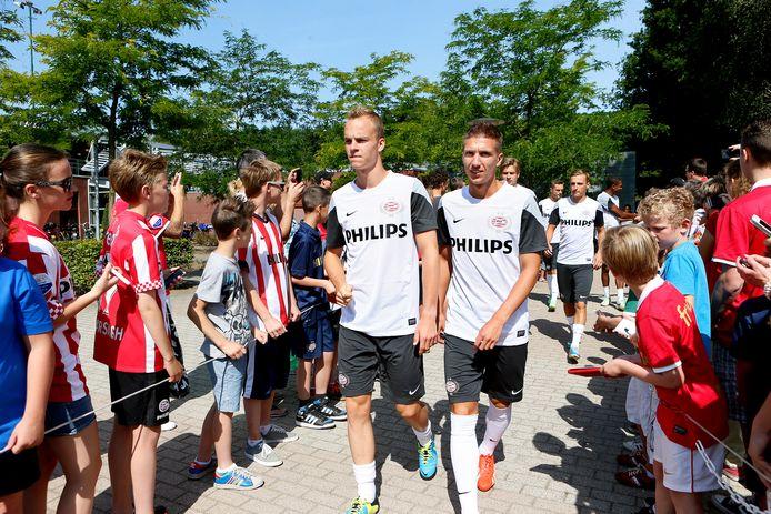 Peter van Ooijen in 2013 bij PSV, hier samen met Jorrit Hendrix. Op de achtergrond is ook Marcel Ritzmaier zichtbaar. Tegenwoordig komt hij uit voor Barnsley.