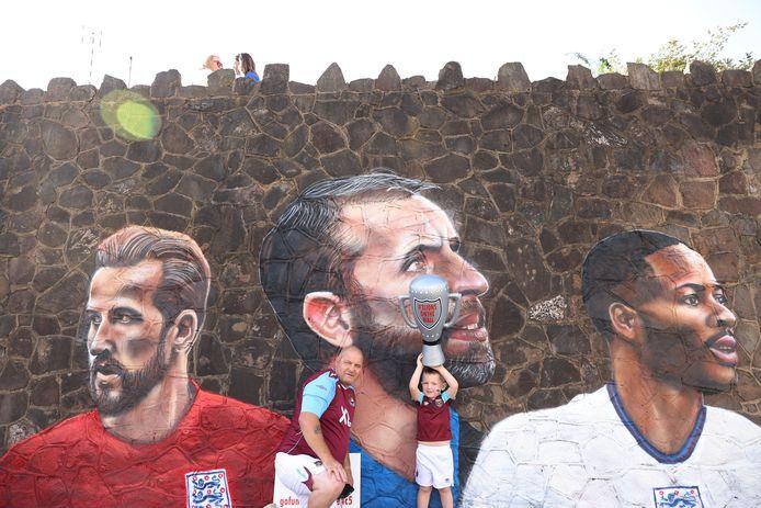 Harry Kane, Gareth Southgate en Raheem Sterling zijn op de muur getekend.