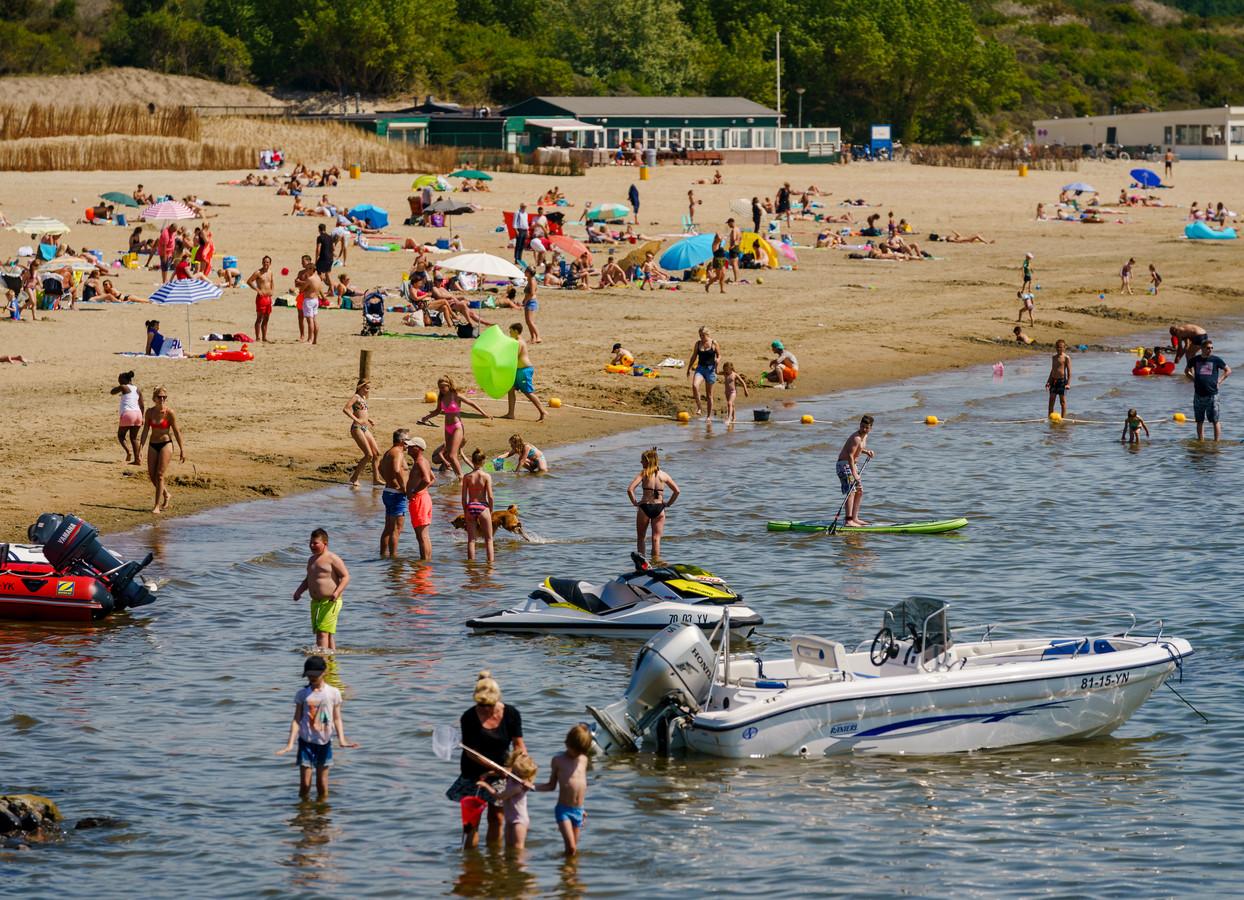 Ook bij het Quakstrand in Hellevoetsluis wordt zwemmen afgeraden.