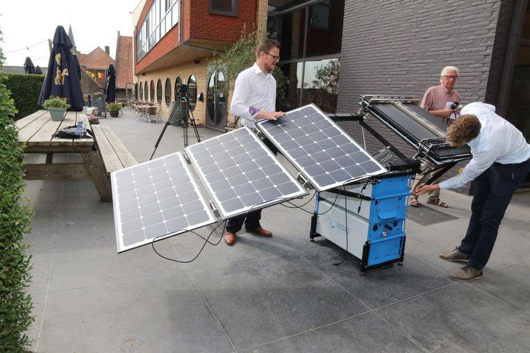 Met deze installatie die werkt op zonne-energie wordt het water gezuiverd.
