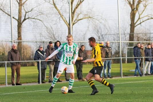 Glenn Weesepoel (links) debuteerde zaterdag voor Kloetinge in het bekerduel met Kruiningen.