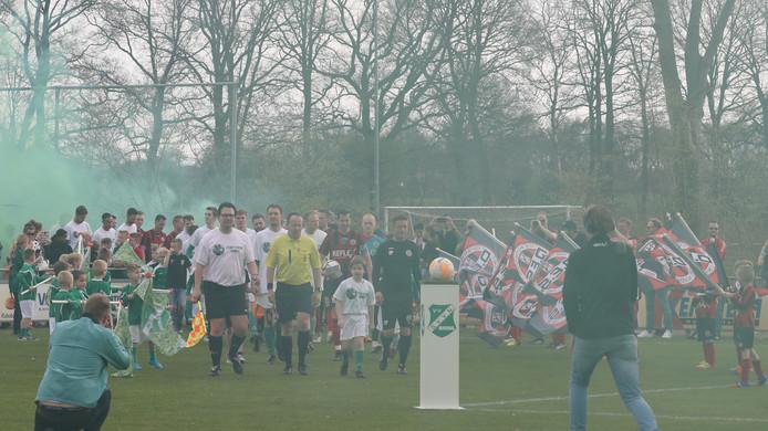 Vuurwerk, veel supporters: het hoort bij de derby SVVN - DES.
