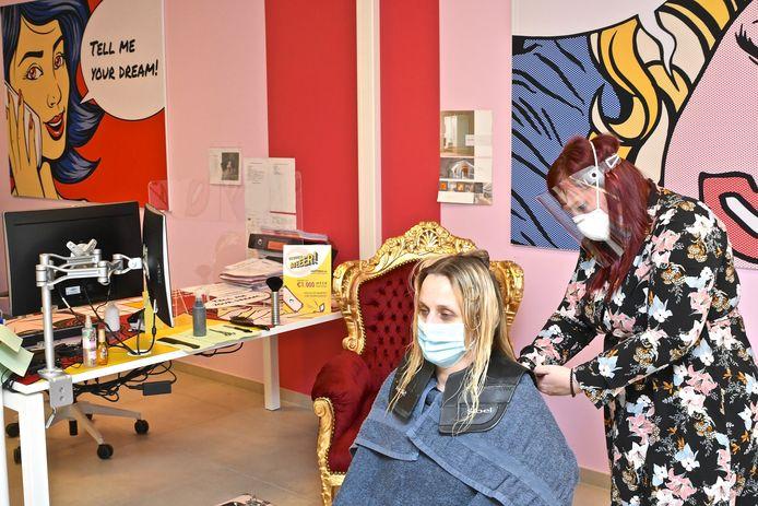 Stefanie wordt gekapt te midden de bureaus van het uitzendkantoor.