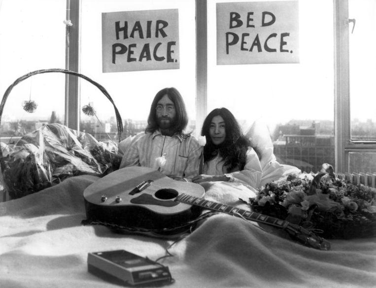 John Lennon en Yoko Ono kwamen in 1969 haast een week hun hotelbed in het Amsterdamse Hilton niet uit.  Beeld BELGAIMAGE