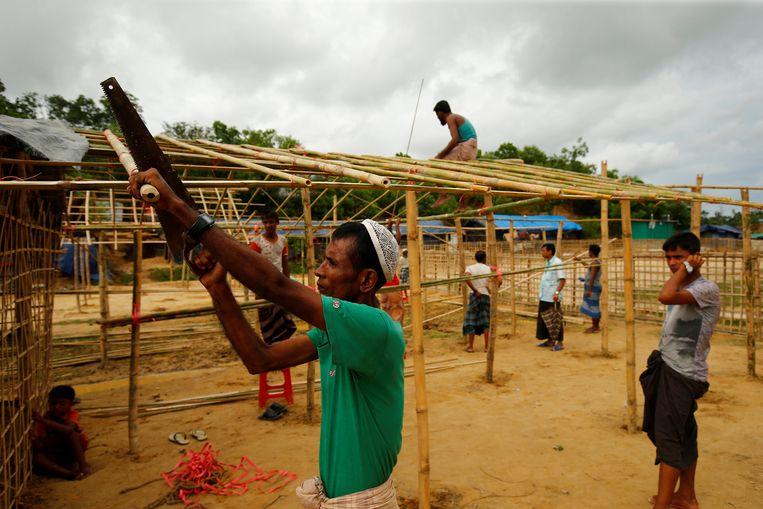 Vluchtelingen bouwen nieuwe huisjes aan het Belukhali vluchtelingenkamp in Bangladesh. Beeld reuters
