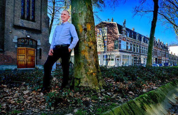 Rudi Hees in de middenberm van de Blekersdijk met rechts van de boom zijn woonhuis en links de Wilhelminakerk.