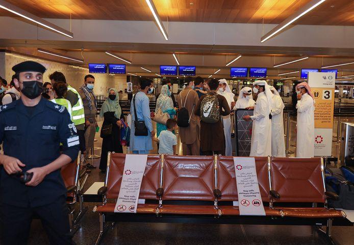 Qatarese veiligheidsmedewerkers controleren paspoorten van evacués uit Afghanistan bij aankomst op Hamad International Airport in Doha. Foto ter illustratie.