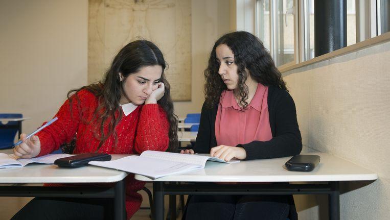 Leerlingen van het Bisschoppelijk College Broekhin in Roermond tijdens de wiskundeles. Beeld Ton Toemen