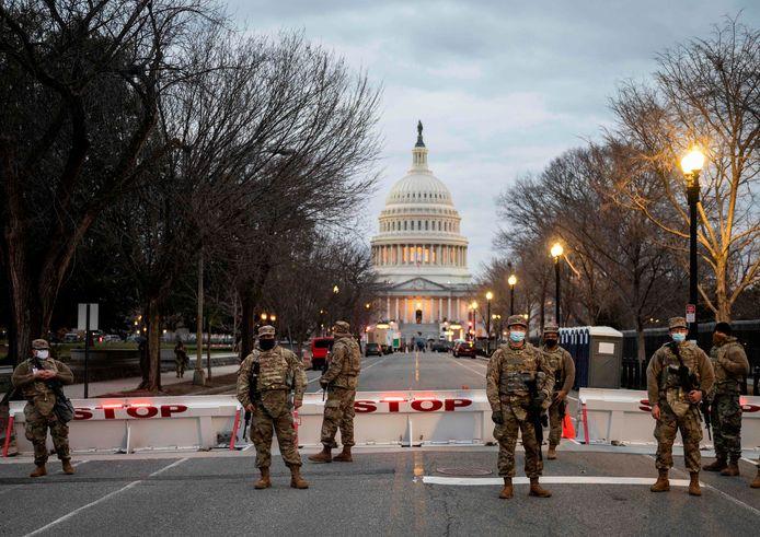 De omgeving van het Capitool is naar aanloop van de inauguratie van Joe Biden afgegrendeld. Leden van de Nationale Garde bewaken de omgeving.