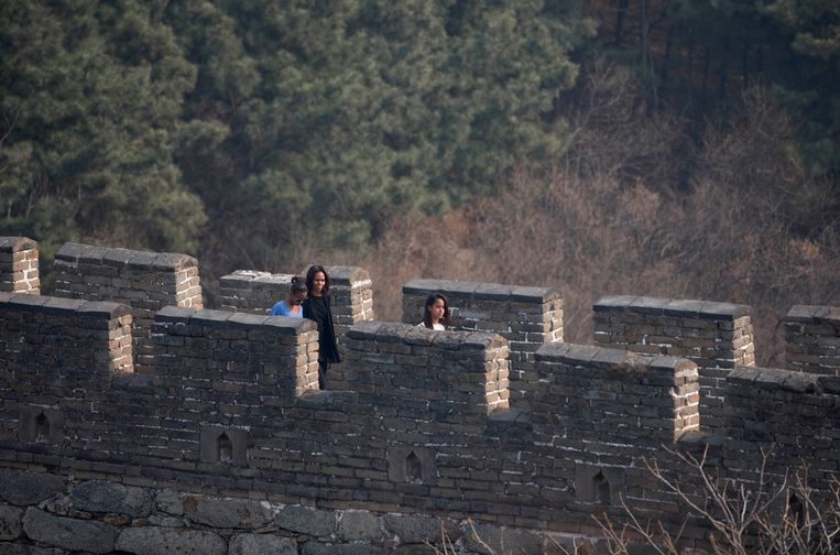 U.S. first lady Michelle Obama walks with her daughters Malia, right, and Sasha, left, as they visit the Mutianyu section of the Great Wall of China in Beijing Sunday, March 23, 2014. (AP Photo/Andy Wong) Beeld AP