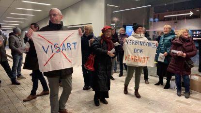 Actiegroep protesteert tegen zeesluis tijdens nieuwjaarsreceptie havenbestuur Zeebrugge