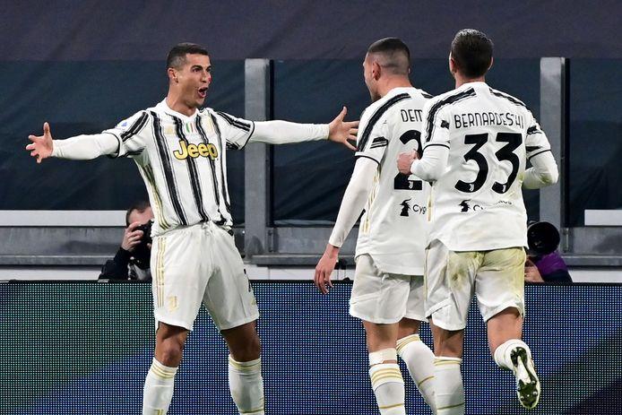 Ronaldo (l) viert één van zijn treffers.