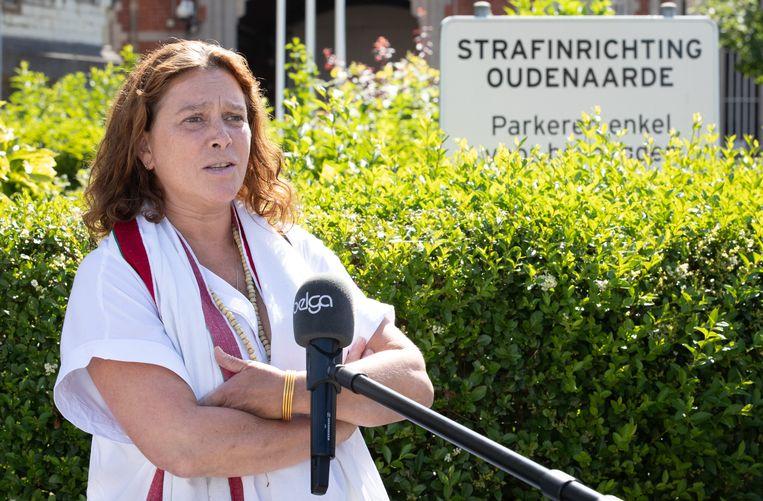 Laurence Van Bree, moeder van Luna (2), bij de strafuitvoeringsrechtbank in Oudenaarde. 'Zodra hij vrijkomt en het voorbij is, zal het ook voor ons eindelijk voorbij zijn.' Beeld BELGA