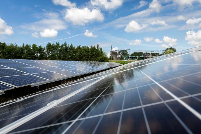 Foto ter illustratie: een zonnepark bij Den Haag.