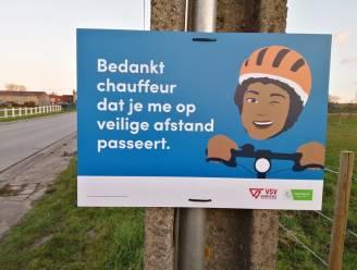 Campagneborden waarschuwen auto- en vrachtverkeer voor vele fietsers in gemeente